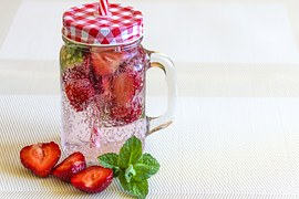 mineral-water-with-strawberries-1411368__180